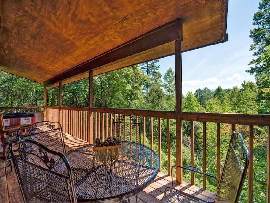 Paradise from the porch - Savor breakfast at the porch's bistro table with the chirping of chickadees as a soundtrack, or enjoy a