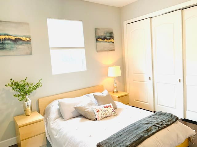 Cozy retreat steps to downtown, beach, +more!
