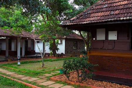 Exquisite Honeymoon Peacock Room near Pamba River - Champakulam