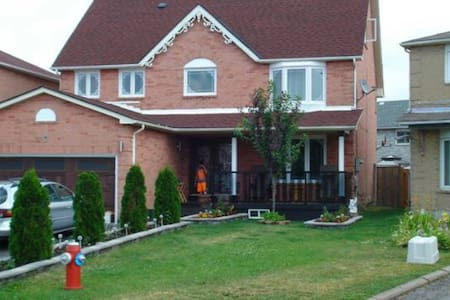 BEAUTIFUL 5 Bedroom Home Spacious - Brampton