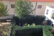 Appartement traversant avec vue sur jardin côté chambres.