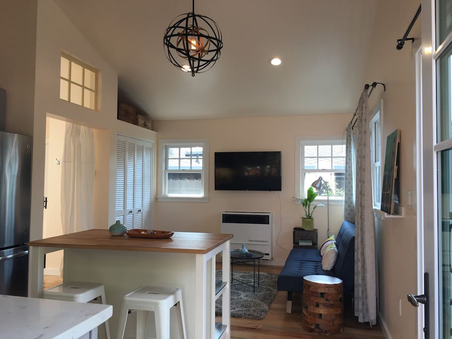 Cottage has vaulted ceilings, flatscreen TV, Cable, AppleTV, modern fixtures, and sun-filled windows throughout.