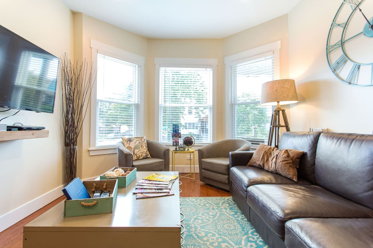 Relax in a Newly Remodeled Apartment in Irving Park