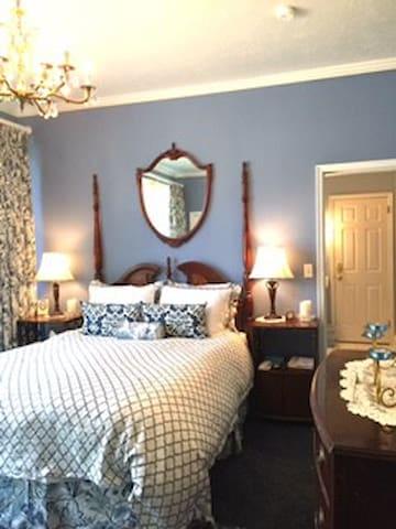 Wedgwood Queen LuxSuite @Yardley Inn & Spa