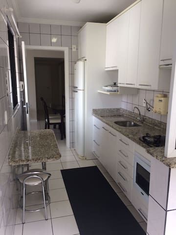 Cozinha planejada completa (fogão cooktop, forno elétrico e microondas)