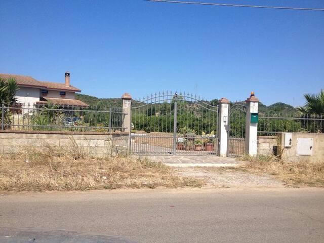 Villa con giardino in Sardegna! - San Giovanni Suergiu - Hus