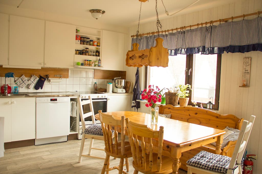 Homey, spacious kitchen, 7-8 people.
