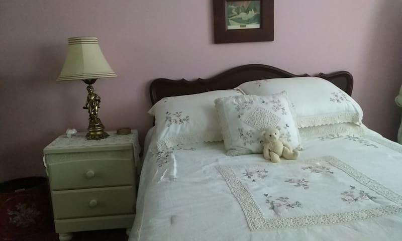 Belle grande chambre confortable et spacieuse