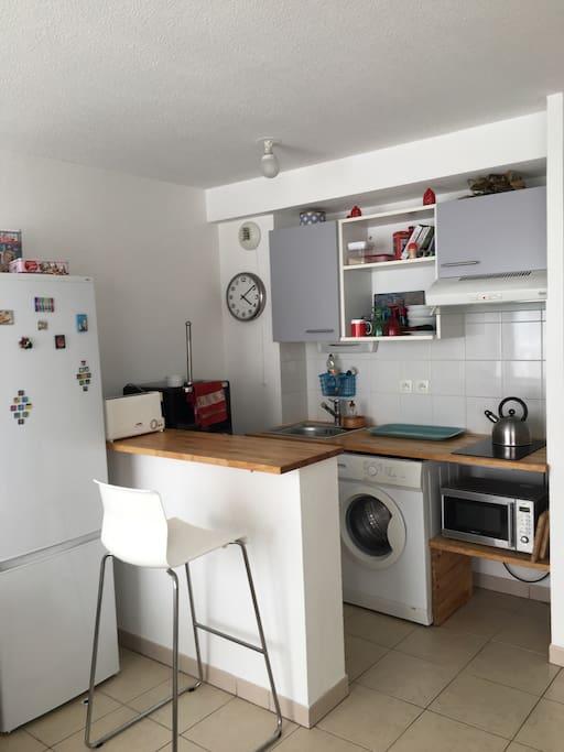 La cuisine toute équipée avec four et micro onde, réfrigérateur et congélateur. Le petit déjeuner est inclus et vous avez un grille pain et une machine à café Nespresso à votre disposition.