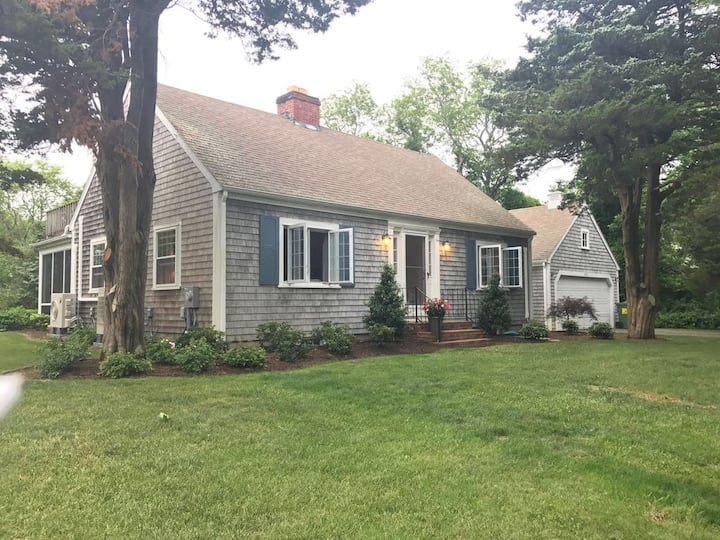 Sleeps 7! Walk to the beach from updated Cape