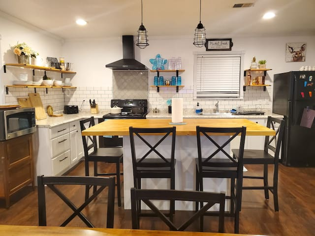 CLEAN & NEWLY RENOVATED HOME IN LA MARQUE