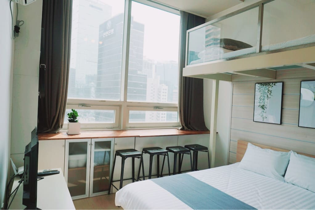 City view room :) My room has a lot of natural light.