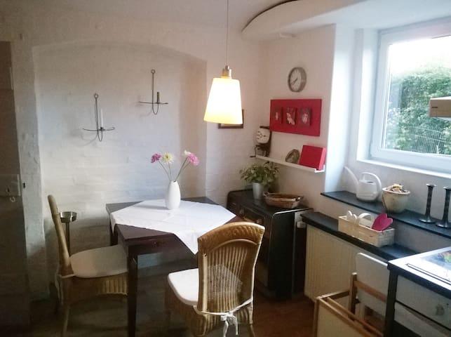 Romantische Souterrain-Wohnung mit kleinem Garten