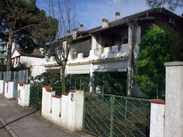 Villa angolare con giardino e terrazzo