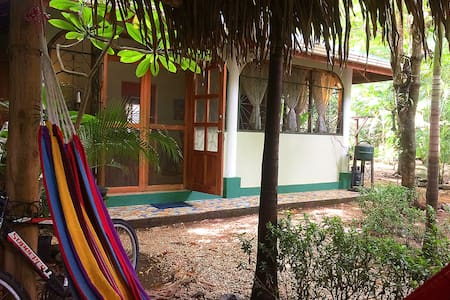 Cabina Jazmin, 2BR house, 3-min walk to the beach!