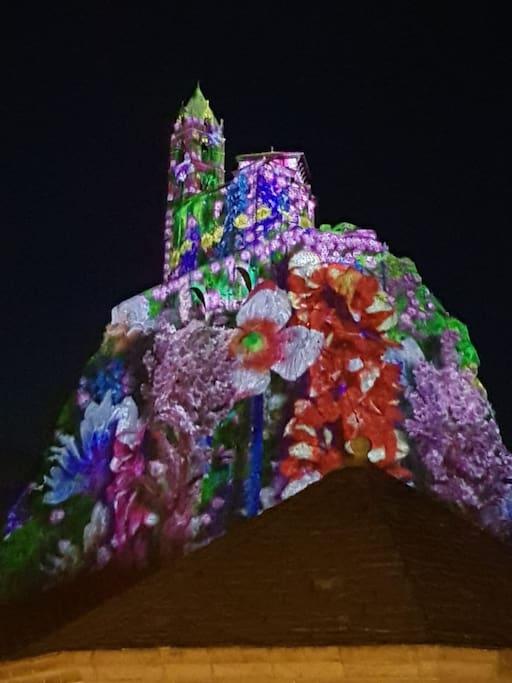 Le rocher illuminé, vu de la fenêtre principale