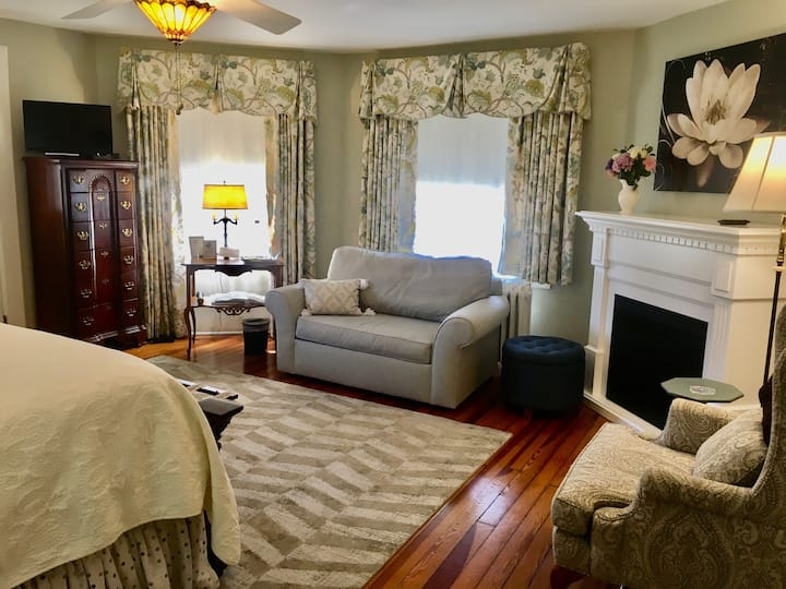 King Suite with Breakfast and Separate Entrance