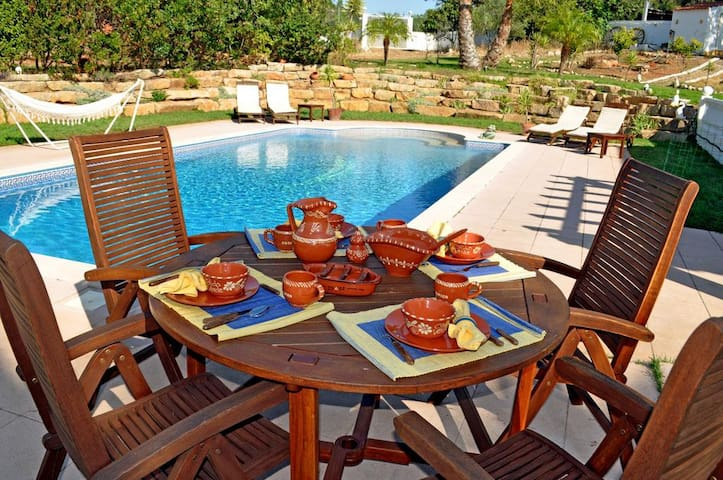 Just2book - Amazing Villa Loulé with private garden and pool