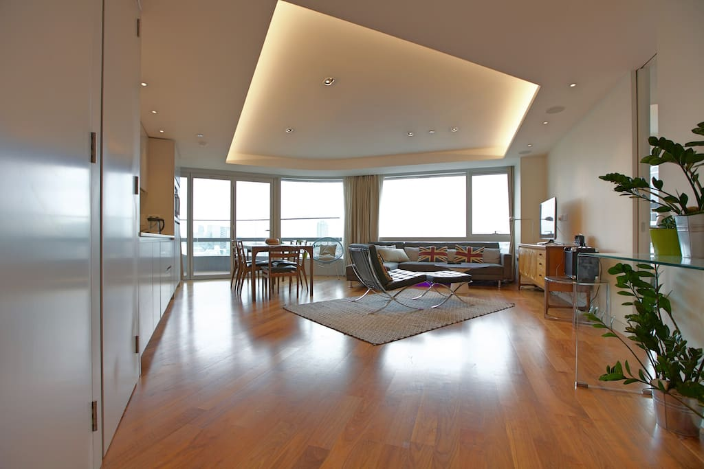 Living rom with a panorama view of city skyline