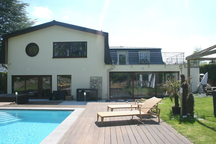 Luxury house with pool & waterfall - Senningerberg - Townhouse