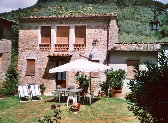 Casa Myricae: relax tra olivi e camelie