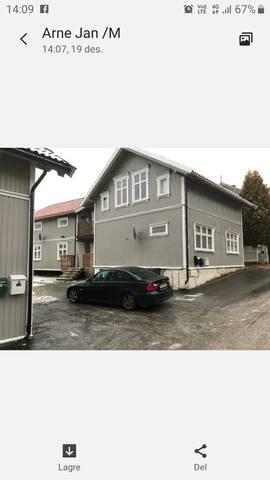 God beliggenhet , nær Ibsenhuset og byen