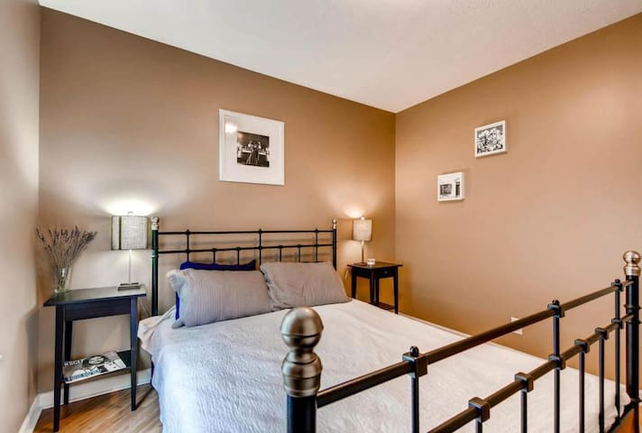 Cozy private bedroom just 1 mile from downtown!