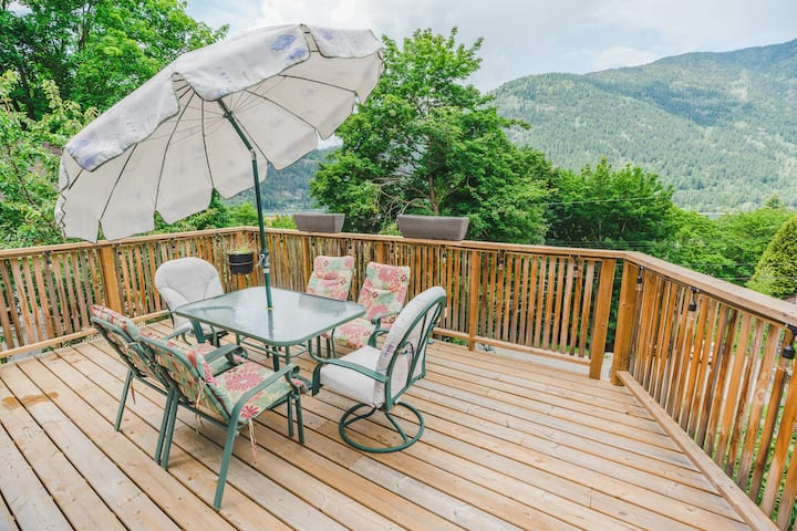 Downtown location, quiet, upper level with a view!