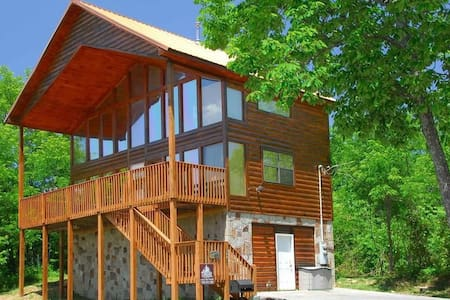Gorgeous Cabin close to all attractions!
