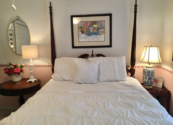 Southern Charm room features a queen size bed
