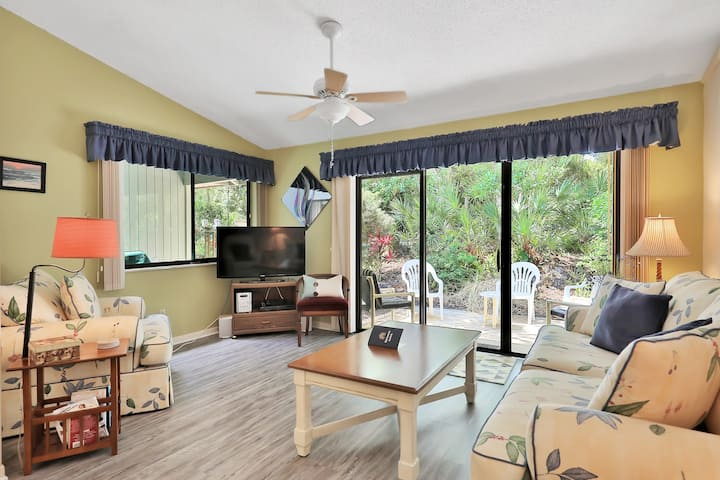 Villa w/ patio & shared pools, sauna, tennis & gym - 1 block to beach, dogs OK