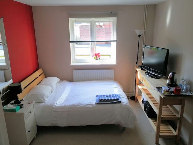 Large double room close to Bracknell & Wokingham - Binfield - Lägenhet