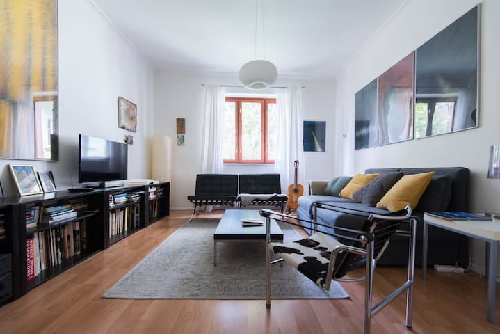 Living room, place for meetings and disscussions, available WiFi, TV, NETFLIX, radio, books, board games, guitar.