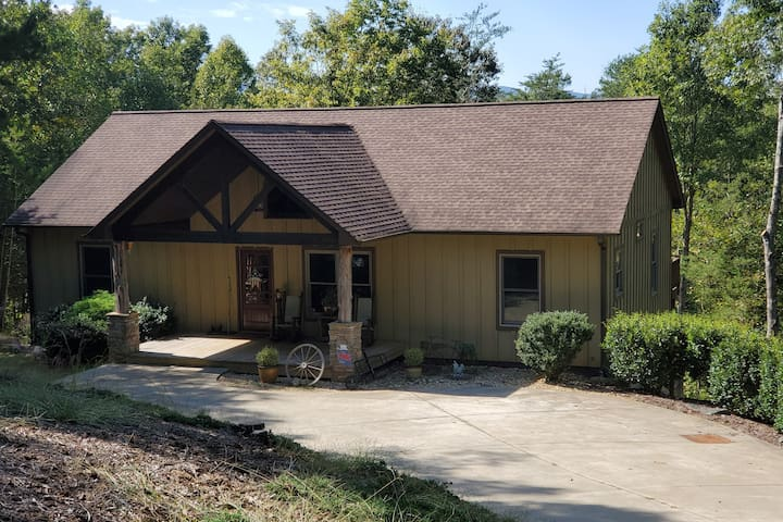 3000 sqft lakefront home - close to Tryon, NC
