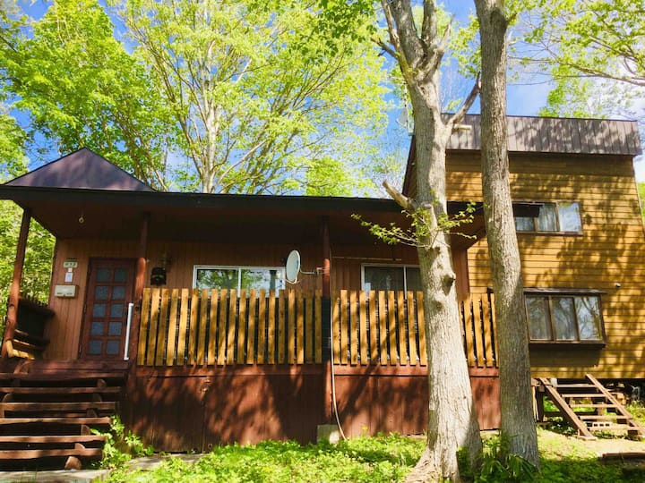Cabin in the quiet woods near mountains & resorts