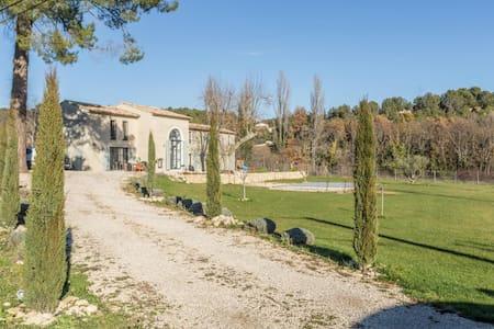 Bedroom and en-suite in renovated farmhouse - La Motte-d'Aigues - Huis