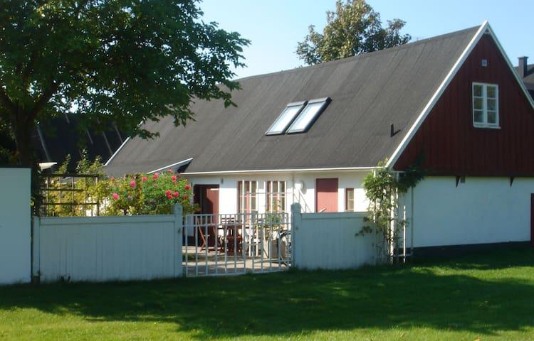 Superfräsch studio med egen trädgård i Skanör