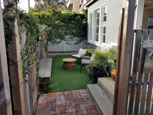 Venice Beach Surf Cottage w/Yard