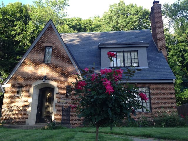 Walk to ND: 3 BR Tudor Style Home - South Bend - House