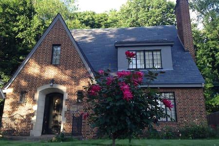 Walk to ND: 3 BR Tudor Style Home - 사우스벤드 - 단독주택