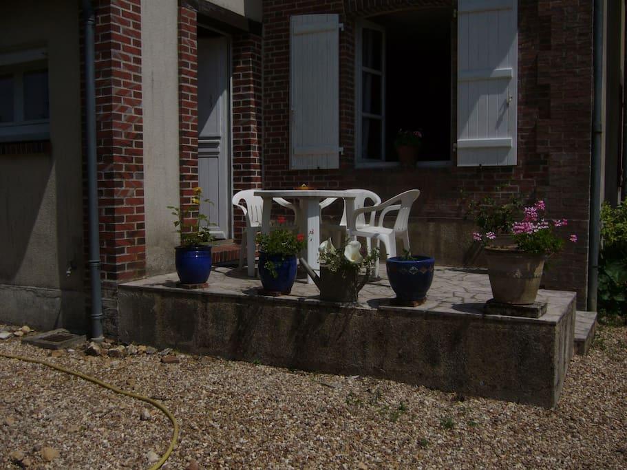 terrasse avec vue sur le jardin et le verger