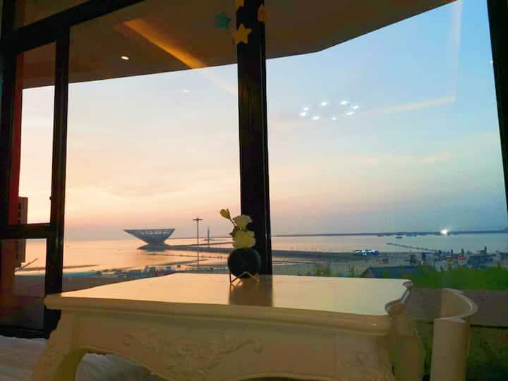 山海广场万科附近白鲸公馆直面大海,落地窗看海 走路到海边1分钟,下楼就是沙滩 可307
