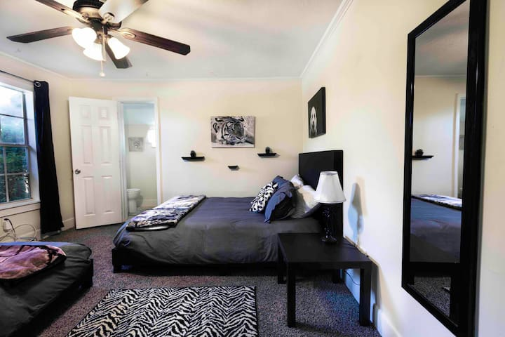 Cozy Private Room 2 Queen Beds Private 1/2 Bath