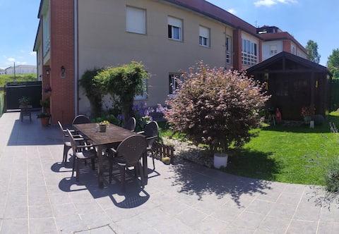 Precioso apartamento con amplio jardín.
