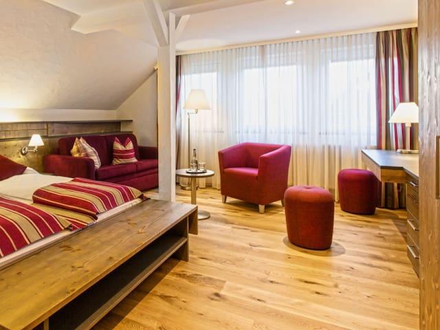 Hotel Waldeck mit Restaurant Florian 'S, (Feldberg-Altglashütten), Junior-Suite, 40qm mit Dusche/WC und teilw. Balkon
