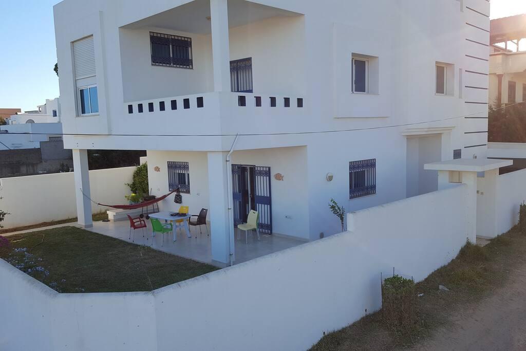 Rdc villa avec un beau jardin a 100m de la plage louer for Villa avec jardin tunisie