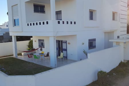 Villa with a veranda, 100m from the beach - Al Huwariyah