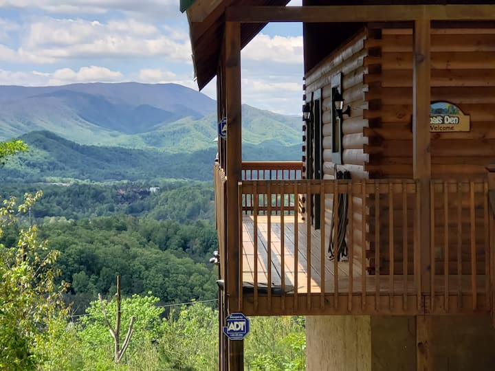 Breathtaking Views! 3 min to Dollywood, on 1 acre!