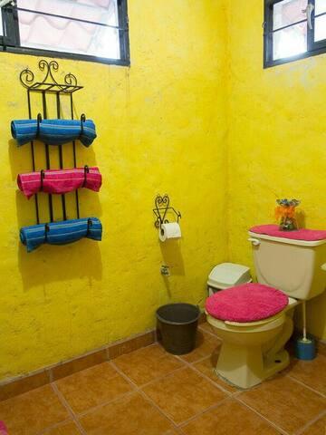 Baño completo, (tiene acceso por dos recamaras)