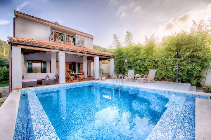 Villa Ita, Vis